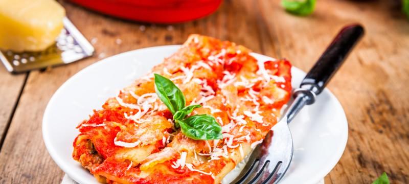 Canelones de verduras, jamón y salsa boloñesa