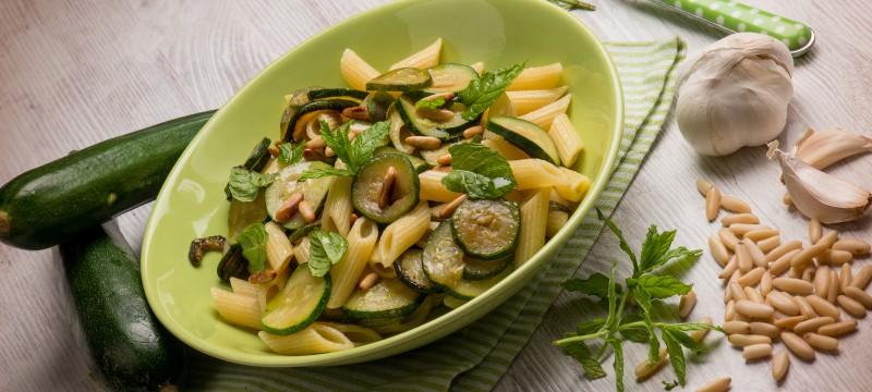 Macarrones con verduras salteadas y queso